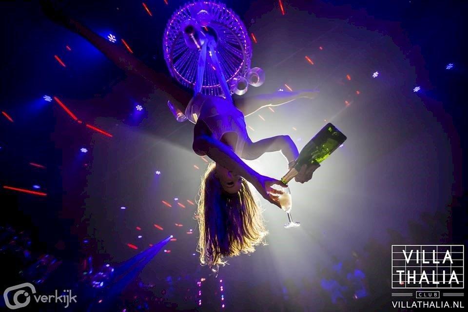 Champagne uit de lucht | Artiest huren bij Swinging.nl
