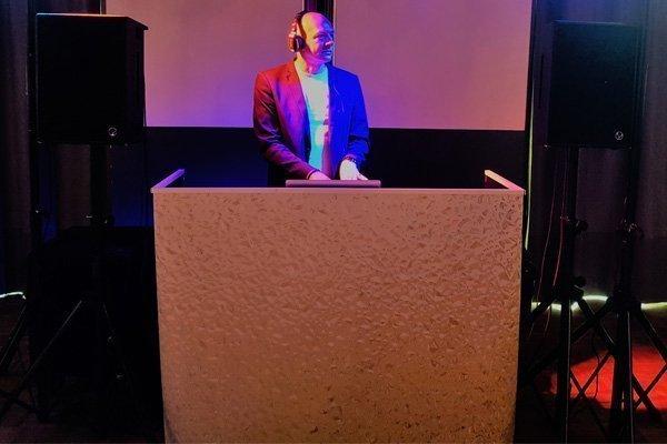 De budget DJ | Artiest huren bij Swinging.nl