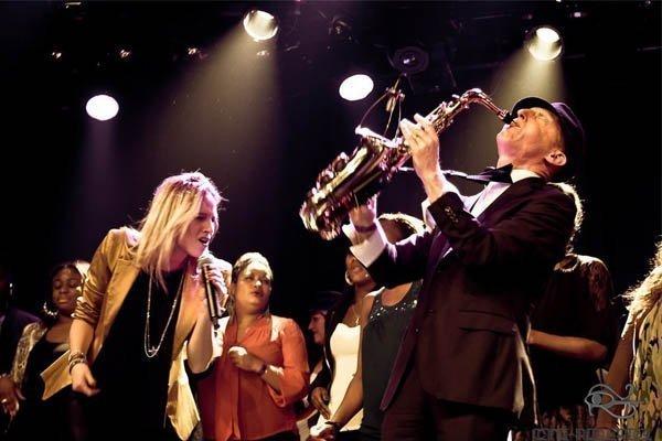 Paula Leek met sax en DJ | Artiest huren bij Swinging.nl