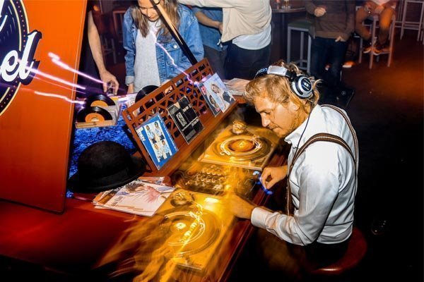 De Vinyl Vleugel   Artiest huren bij Swinging.nl