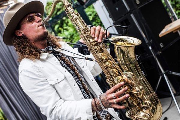 Saxofonist Melle   Artiest huren bij Swinging.nl