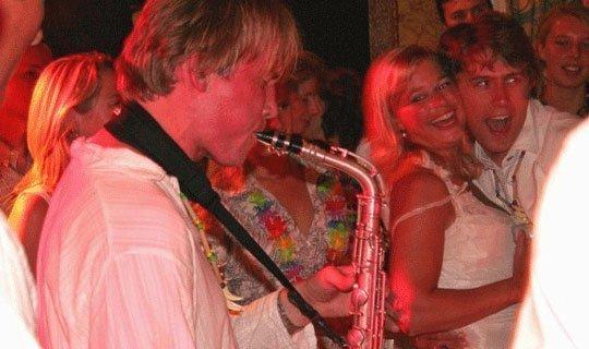 Saxofonist Local Hero | Artiest huren bij Swinging.nl