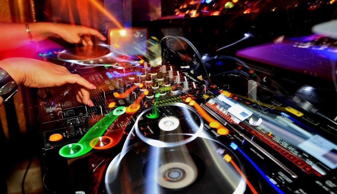 DJ MISS BROWN | Artiest huren bij Swinging.nl
