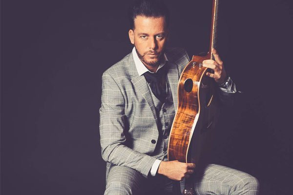 Zanger gitarist William | Artiest huren bij Swinging.nl