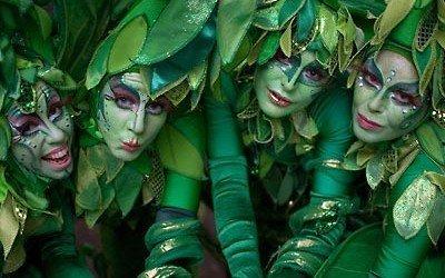straattheater act groene fee en bomen