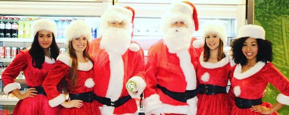 Saxofoon-spelende-kerstmannen-delen-koffie-en-gezelligheid-uit   Swinging.nl