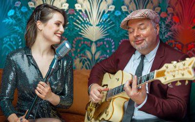 Het achtergrond duo, zangeres en gitarist