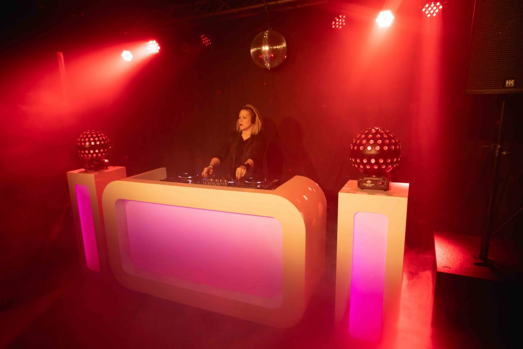 Vraag altijd om een foto van hoe de DJ booth en het sfeerlicht eruit ziet
