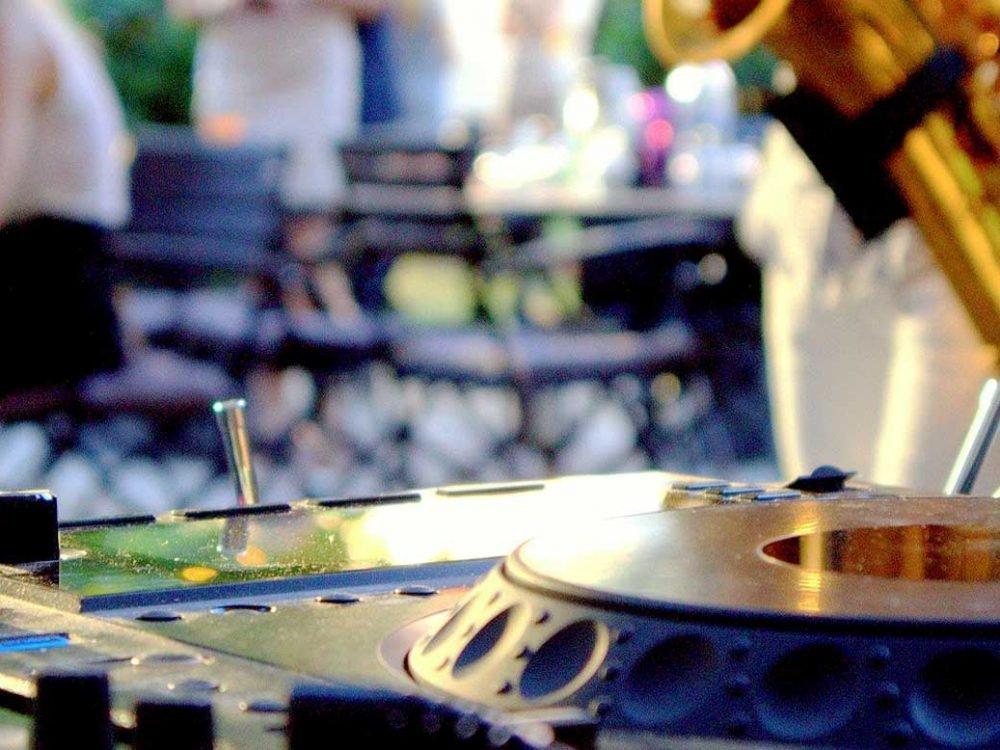 Een DJ op je trouwfeest? Hier zijn onze tips | Swinging.nl